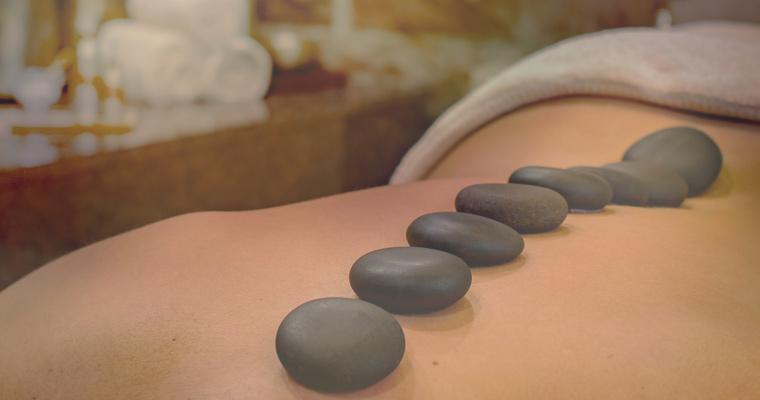 Foto eines Rückens mit aufgelegten Lavasteinen
