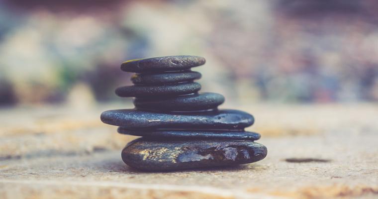 Bild mit geschichteten Steinen von Fingertips Wellness